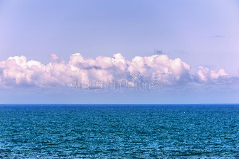 Vue minimaliste de l'océan pacifique et du ciel photo libre de droits