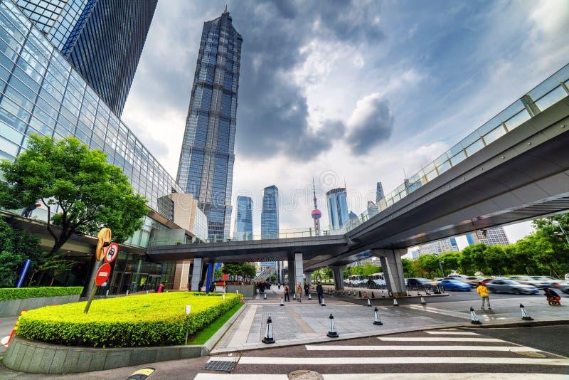 Vue moderne d'avenue de siècle avec Jin Mao Tower à Changhaï images libres de droits