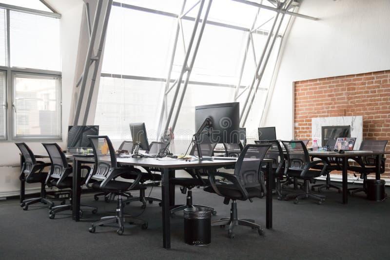 Vue moderne d'intérieur vide de bureaux photos stock