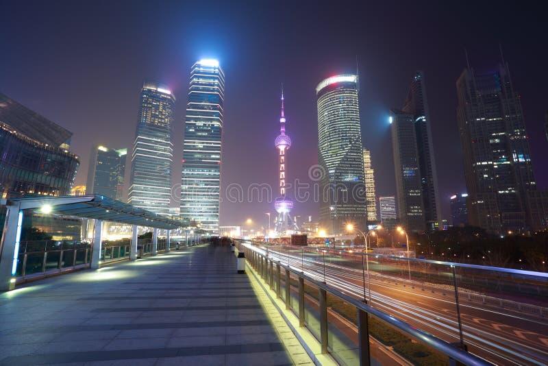 Vue moderne de nuit de fond de point de repère de ville de Changhaï du trafic images stock