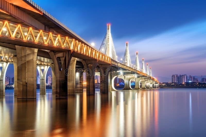 Vue moderne de nuit de pont photos stock