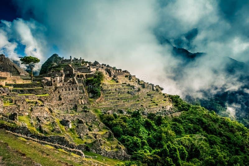 Vue mystique sur les ruines de ville de Machu Picchu couvertes de nuages dramatiques image stock
