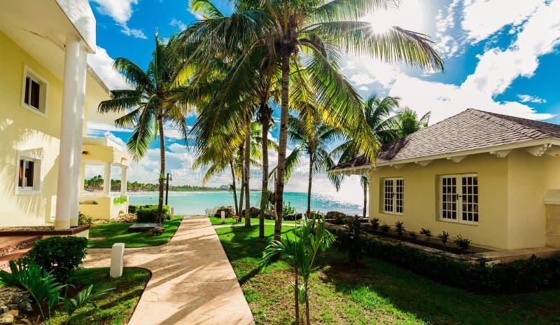 Vue naturelle étonnante de paysage des au sol et des bâtiments de station de vacances, dans le jardin tropical avec le passage co photo libre de droits