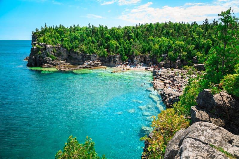 Vue naturelle étonnante magnifique de plage rocheuse et eau claire azurée tranquille images libres de droits