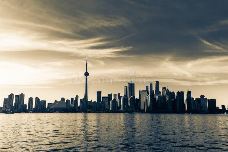 Vue naturelle de invitation stupéfiante de paysage de l'horizon de Toronto, centre-ville sur le fond d'or foncé de temps de couch photos stock