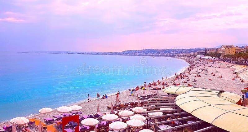 Vue Nice de la ville, plage au coucher du soleil, Promenade des Anglais, ` Azur, la Côte d'Azur, la mer Méditerranée, France de C image libre de droits