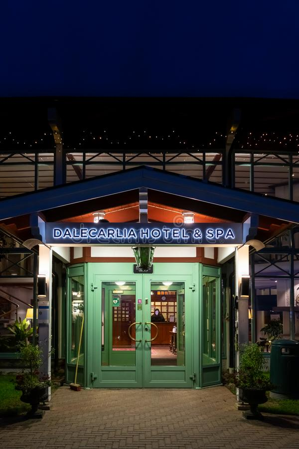 Vue nocturne de l'entrée du Dalecarlia Hotel and Spa en Dalarna Suède photo stock