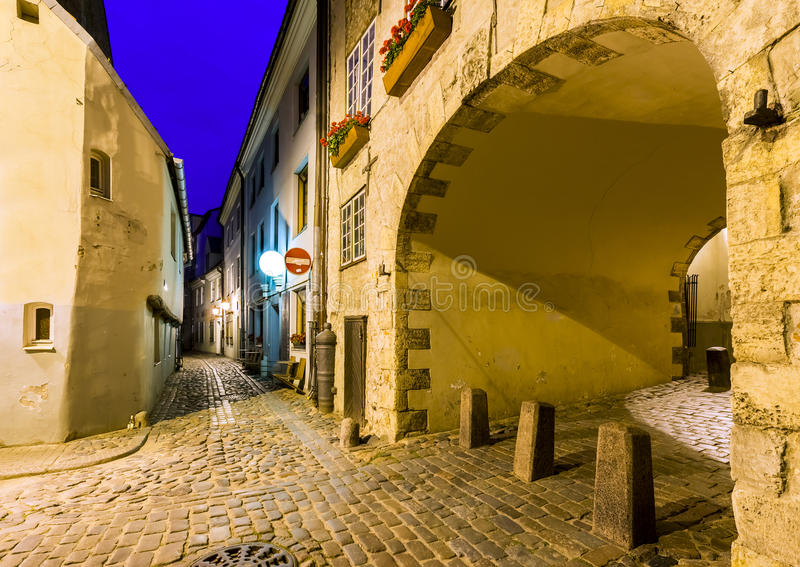 Vue nocturne sur la rue médiévale étroite, Riga, Lettonie photos stock