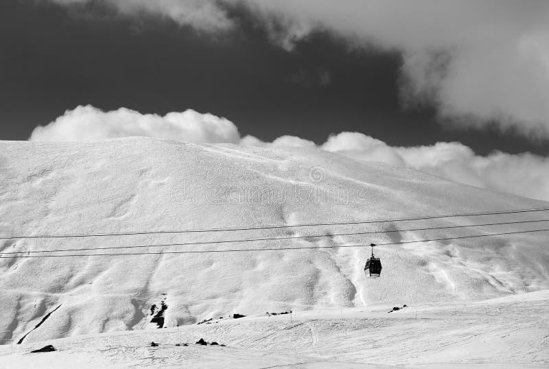 Vue noire et blanche d'ascenseur de gondole et de pente hors-piste à même photographie stock libre de droits