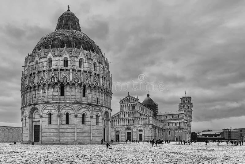 Vue noire et blanche de dei Miracoli, Pise, Toscane, Italie de Piazza, après chutes de neige images libres de droits