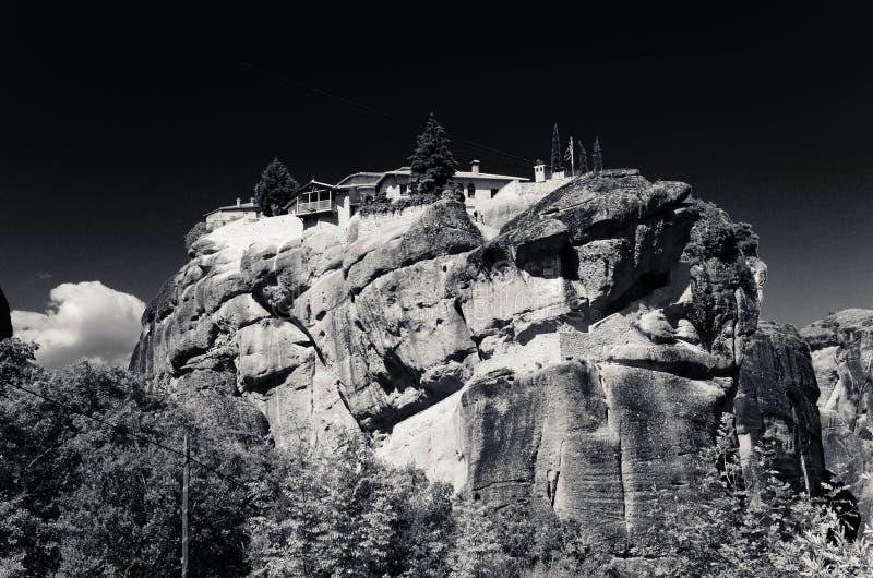 Vue noire et blanche de monastère de trinité sainte de monastères de Meteora sur la roche près de Kalabaka, Grèce image libre de droits