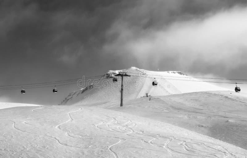 Vue noire et blanche sur l'ascenseur de gondole et la pente hors-piste de ski photographie stock libre de droits