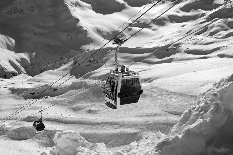 Vue noire et blanche sur le remonte-pente en montagnes de neige images libres de droits