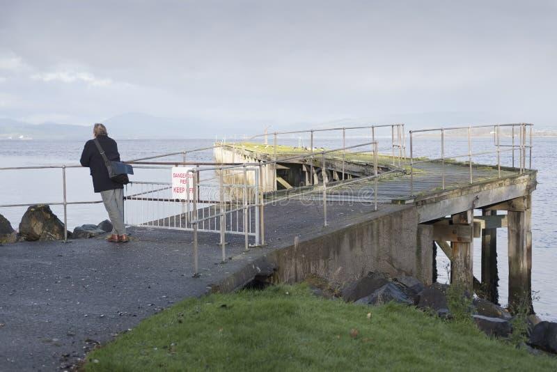 Vue ouverte de solitude simple de Person Viewing Landscape Early Morning en mer Pier Jetty photographie stock libre de droits