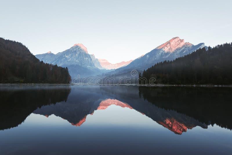 Vue paisible d'automne sur le lac Obersee dans les Alpes suisses images libres de droits
