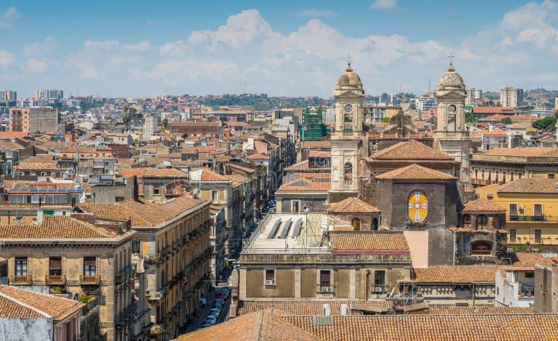 Vue panoramique à Catane du dôme du ` Agata de Badia di Sant, avec l'église du St Francis d'Assisi impeccable sicily images libres de droits