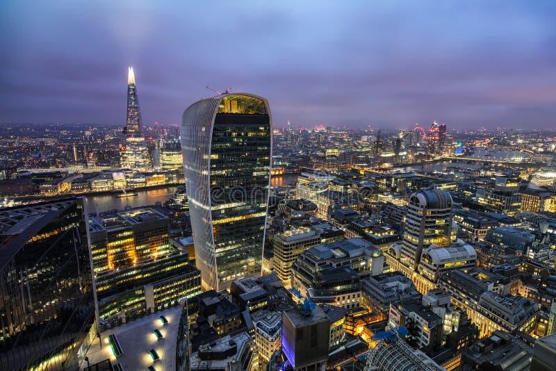 Vue panoramique à l'horizon urbain de Londres par nuit photos libres de droits