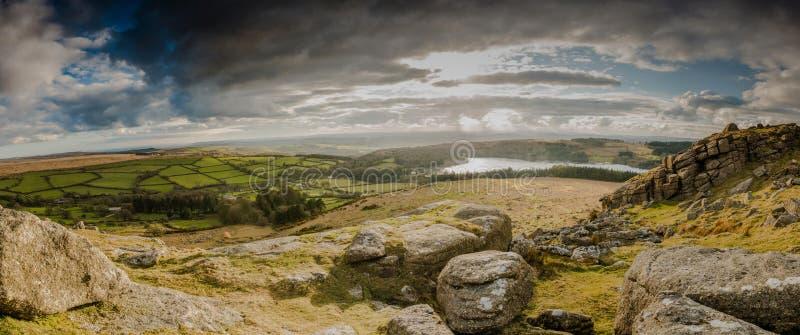 Vue panoramique à partir de dessus de colline au-dessus de lac photos libres de droits