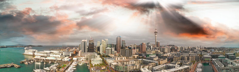 Vue panoramique aérienne d'horizon d'Auckland au crépuscule, Nouvelle-Zélande images stock