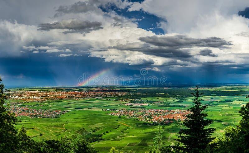 Vue panoramique aérienne de l'arc-en-ciel au-dessus de la vallée verte, dron photos stock