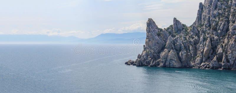 Vue panoramique aérienne de la plage et des falaises sauvages chez la Crimée photographie stock