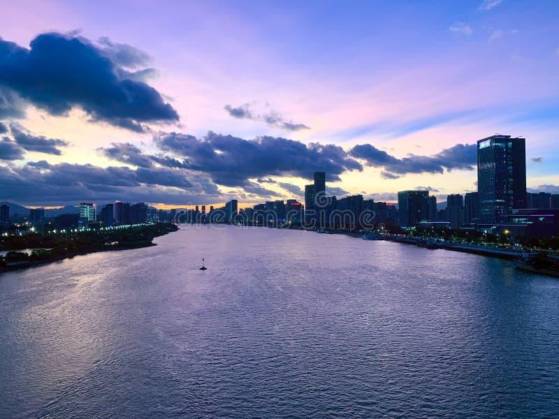 Vue panoramique aérienne de la ville de Fuzhou et de la rivière Min au coucher du soleil, Fujian, Chine photographie stock libre de droits