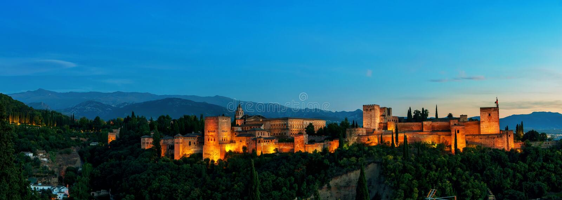 Vue panoramique aérienne de nuit d'Alhambra Palace dedans photographie stock