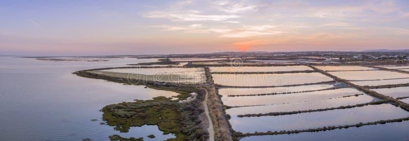 Vue panoramique aérienne de paysage marin de crépuscule de l'admission de marais de sel d'Olhao images libres de droits