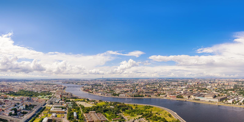 Vue panoramique aérienne de rivière de Neva dans le St Petersbourg, Russie avec l'espace de copie photo stock