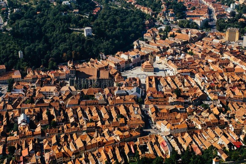 Vue panoramique aérienne de ville de Brasov Transylvanie, Roumanie Destination célèbre de dessus de toit oranges, vieille ville e photo stock