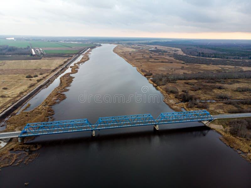 Vue panoramique aérienne sur le pont au-dessus de la rivière Lielupe près de Kalnciems, Lettonie photographie stock
