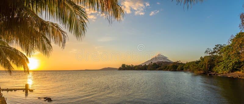 Vue panoramique au coucher du soleil avec le volcan de conception au lac nicaragua en île d'Ometepe - Nicaragua photos libres de droits