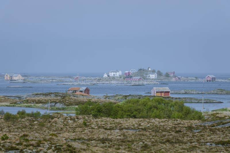 Vue panoramique au-dessus d'un village de pêche coloré en Norvège image stock
