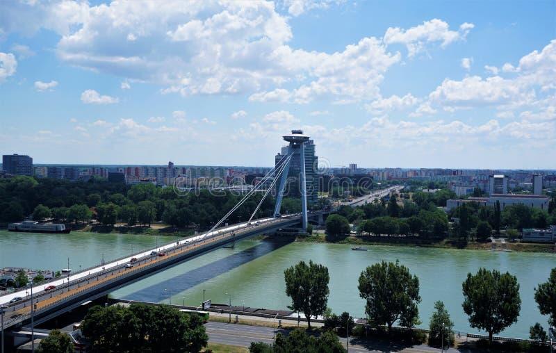Vue panoramique au-dessus de pont de Bratislava, de Danube et d'UFO images libres de droits