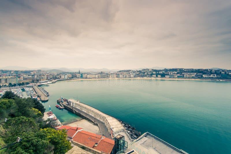 Vue panoramique au-dessus de port de Donestia et de San Sebastian, basque Coun photographie stock