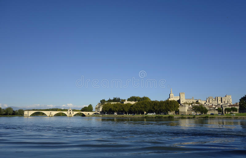 Vue panoramique au-dessus du Rhône avec le saint-Benezet de Pont et la ville médiévale d'Avignon images stock