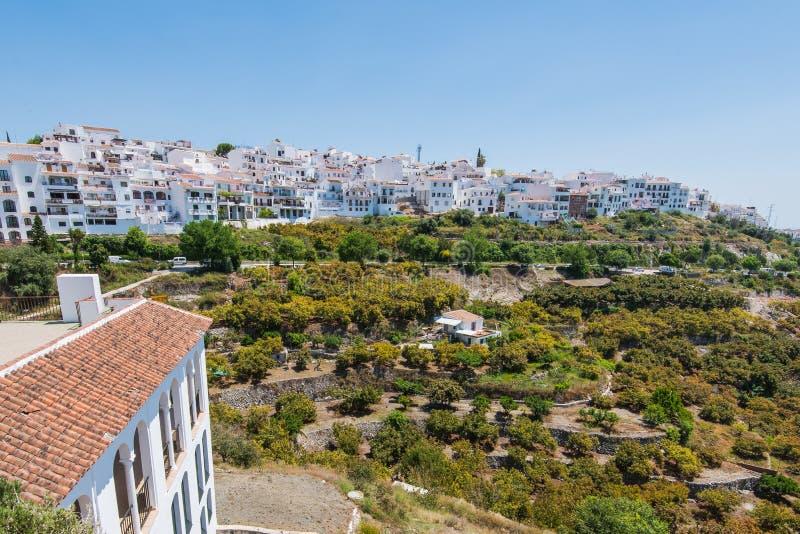 Vue panoramique au-dessus du village blanc de Frigiliana, Espagne photographie stock libre de droits