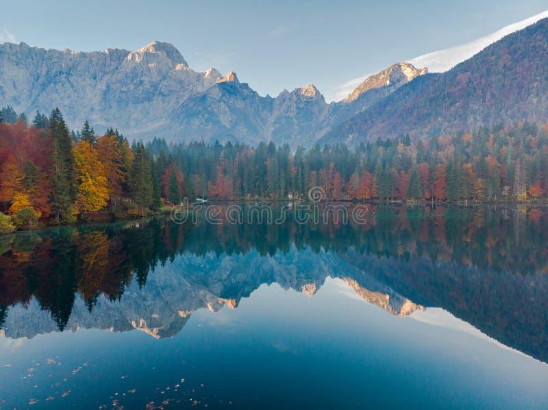 Vue panoramique au lever de soleil au-dessus du lac alpin en Italie image libre de droits