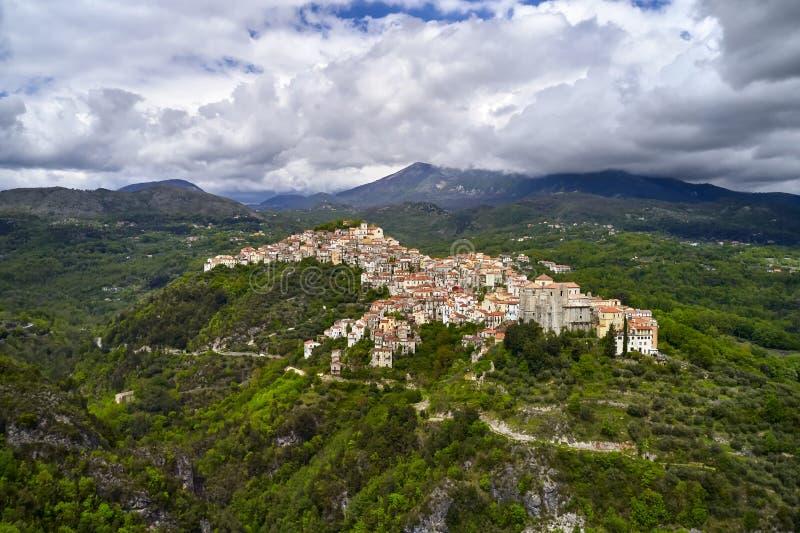 Vue panoramique aux collines vertes avec la vieille ville de Rivello en Italie image stock