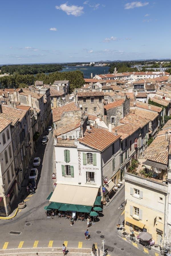 Vue panoramique avec des personnes d'arène célèbre dans Arles au vieux remorquage photographie stock