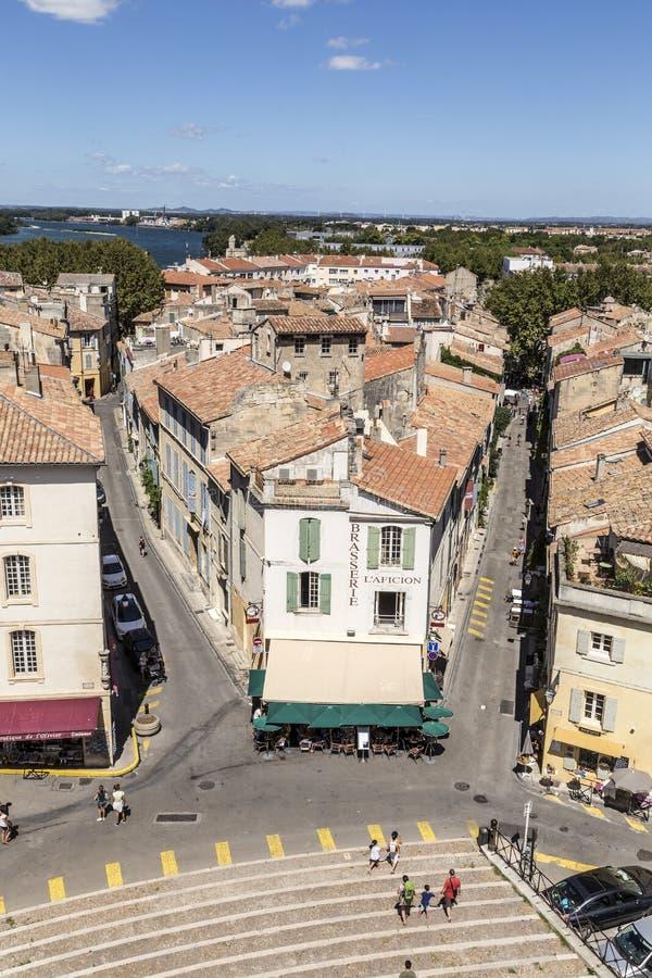 Vue panoramique avec des personnes d'arène célèbre dans Arles au vieux remorquage photos stock