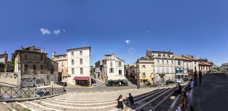 Vue panoramique avec des personnes d'arène célèbre dans Arles au vieux remorquage photo libre de droits