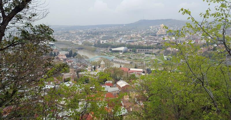 Vue panoramique d'été Rike Park de Hallin d'exposition de théâtre de musique de pont et de concert de paix à Tbilisi georgia photographie stock