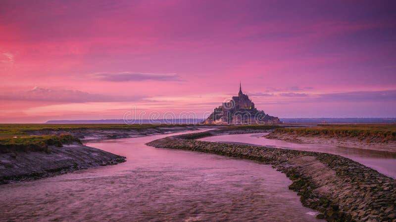 Vue panoramique d'île de marée célèbre de le Mont Saint-Michel au su image stock