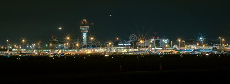 Vue panoramique d'aéroport international de Schiphol Amsterdam par nuit image stock