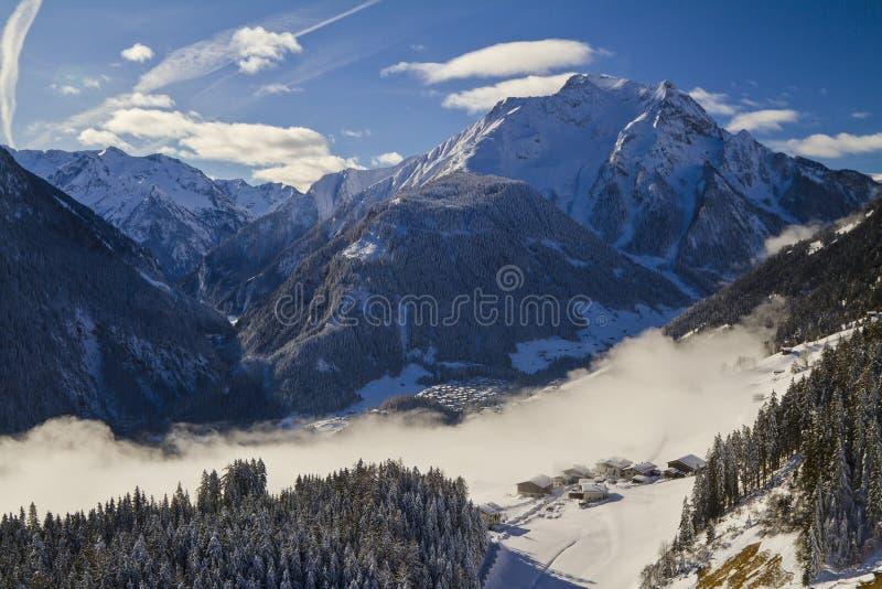 Vue panoramique d'Alpes autrichiens de la vallée de Zillertal photo stock