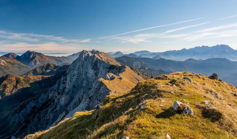 Vue panoramique d'arête spectaculaire de montagne photos stock