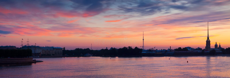 Vue panoramique d'aube d'été de rivière de Neva image libre de droits