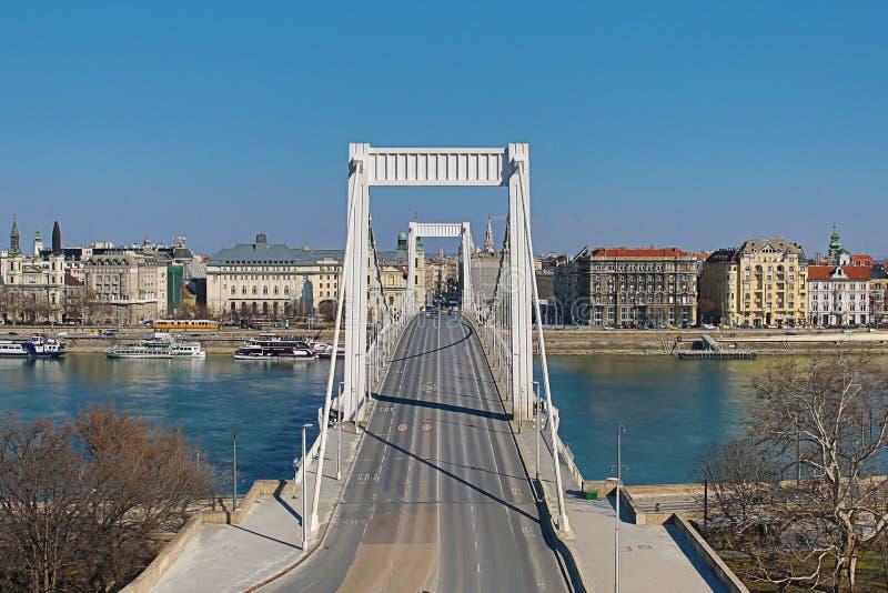 Vue panoramique d'Elisabeth Bridge - Erzsebet est le quatrième pont reliant les deux banques de Buda et de parasite par un Danube photographie stock