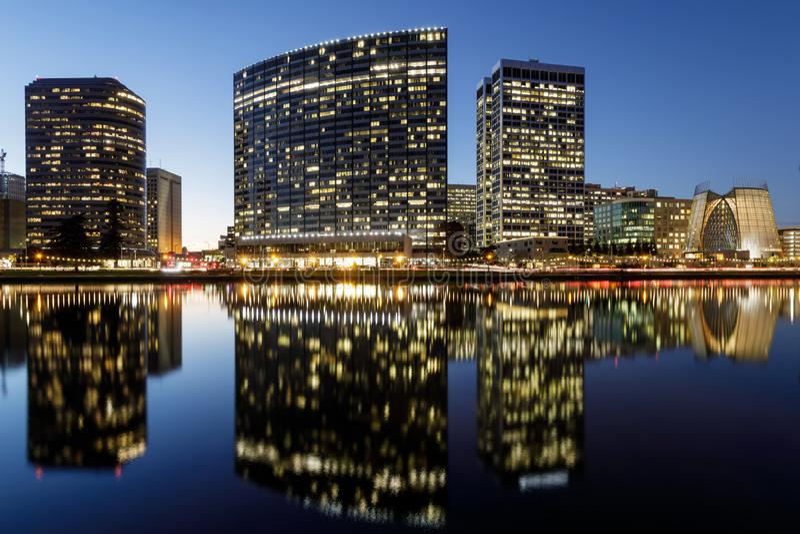 Vue panoramique d'horizon d'Oakland avec le lac Merritt Reflections aux heures bleues image libre de droits
